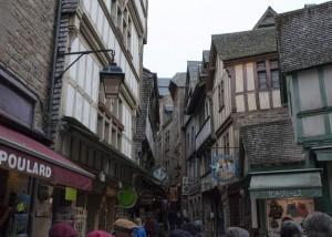 _LEP0998 - la rue principale qui mene a l'abbaye.  Tous ces commerçants s'y sont installés pour subvenir aux besoins de tout ces pèlerins et ensuite touristes...