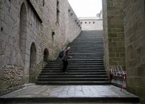 _LEP1017  - Même rendue au pied de l'abbaye, il y a d'autres marches... bon, bin une à la fois...
