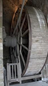 """_LEP1077 - Cette roue, actionnée par un homme """"hamster"""", servait à actionner un monte-charge... ingénieux."""