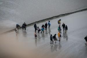 _LEP1106 - De jeunes intrépides qui s'aventurent sur les sables mouvants avant la montée de la maréerée
