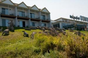 _LEP5843 - Des scultures en ciments, en arrière d'un hotel à Mont-Joli!