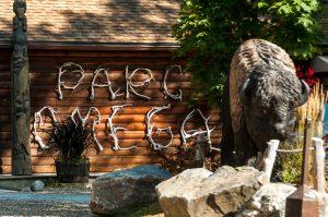 Sur le magasin général [Maison du Parc], le nom écrit avec des bois des cerfs, qui tombent à chaque année. Je suis sure qu'il n'en manque pas...