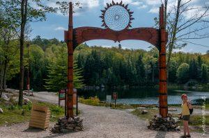 Le lac des truites et aussi la découverte des 11 Premières Nations du Québec représentées par des totems réalisés par un artiste sculpteur amérindien, Denis Charrette.